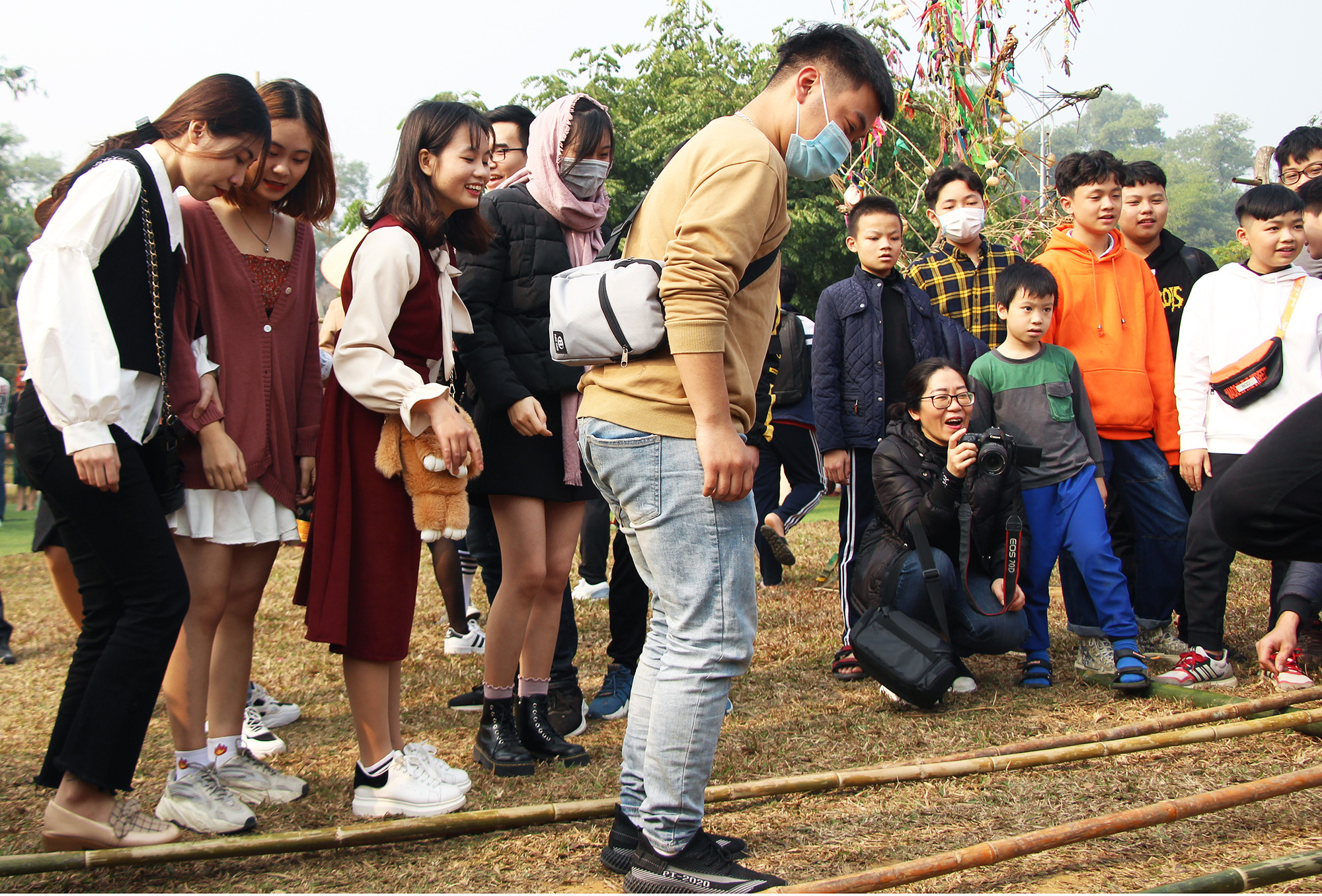 Young people play games at a festival reviving Kho Mu people's tradition of new year celebrations at the Vietnam National Village for Ethnic Culture and Tourism in Hanoi, January 24, 2021. Photo: Ha Quan / Tuoi Tre