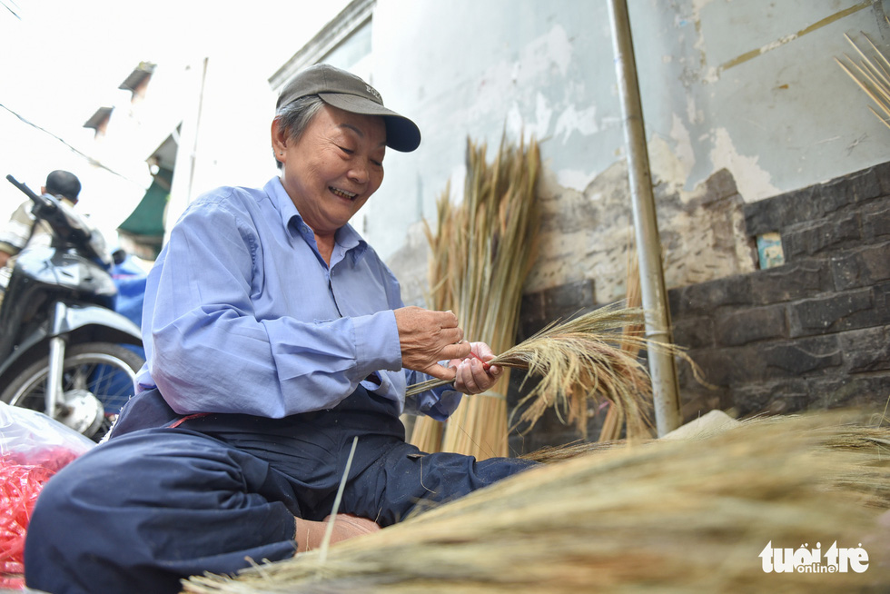 Nguyen Ngoc Hue, a veteran in making brooms, said she felt satisfied with the fact that the traditional work can survive in today's life. Photo: Minh Phuong / Tuoi Tre
