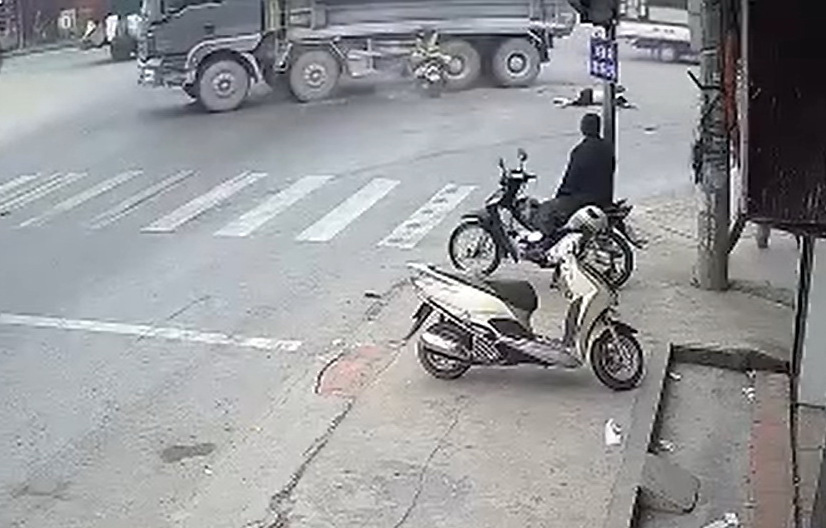 Two women killed as motorbike runs red light, crashes into truck in Vietnam