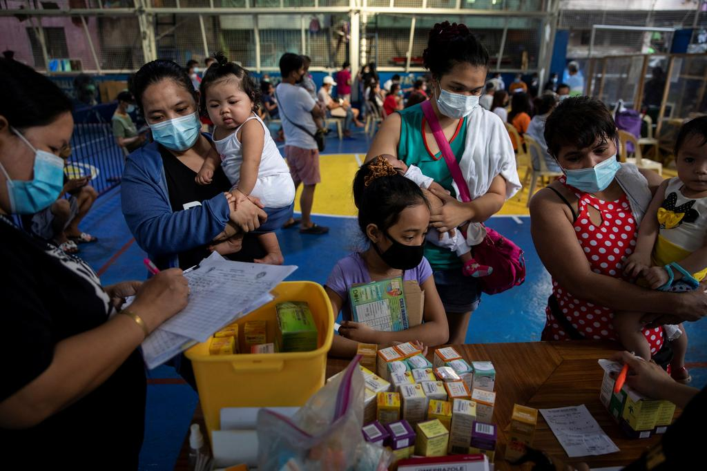 Mothers and their children wearing masks for protection against the coronavirus disease (COVID-19) wait for free vitamins and medicine at a local health center in Manila, Philippines, January 26, 2021. Photo: Reuters