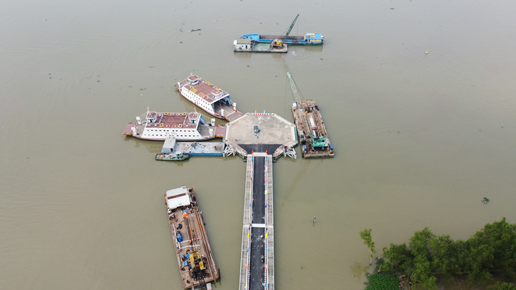 A bird's-eye view of Rach Mieu ferry, which connects Tien Giang and Ben Tre Provinces in Vietnam's Mekong Delta. Photo: Mau Truong / Tuoi Tre