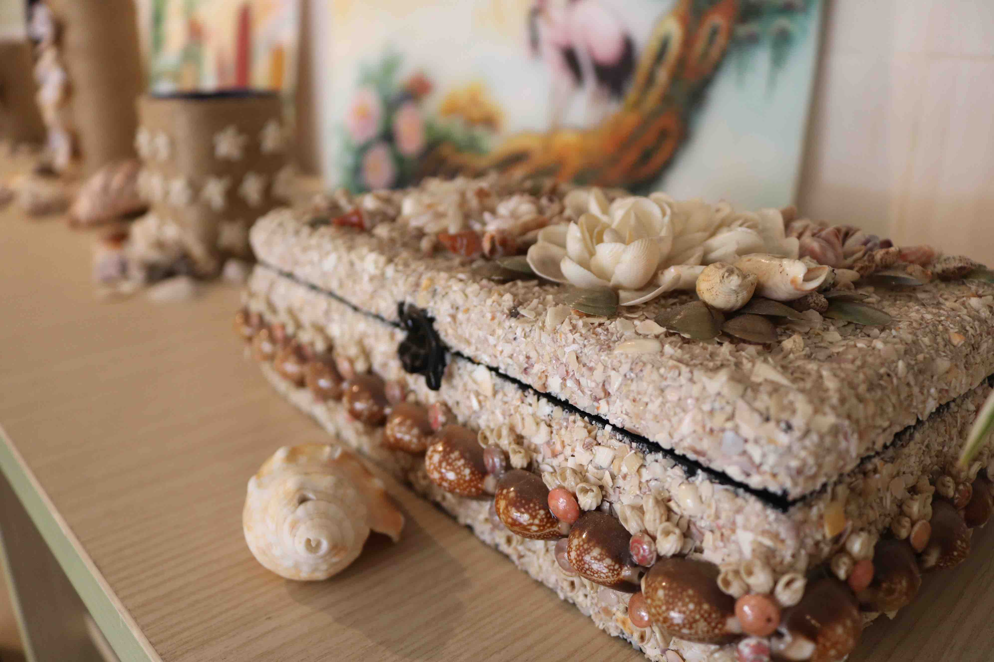 A jewelry box made from mollusk shells is seen in the photo at District 1, Ho Chi Minh City. Photo: Hoang An / Tuoi Tre