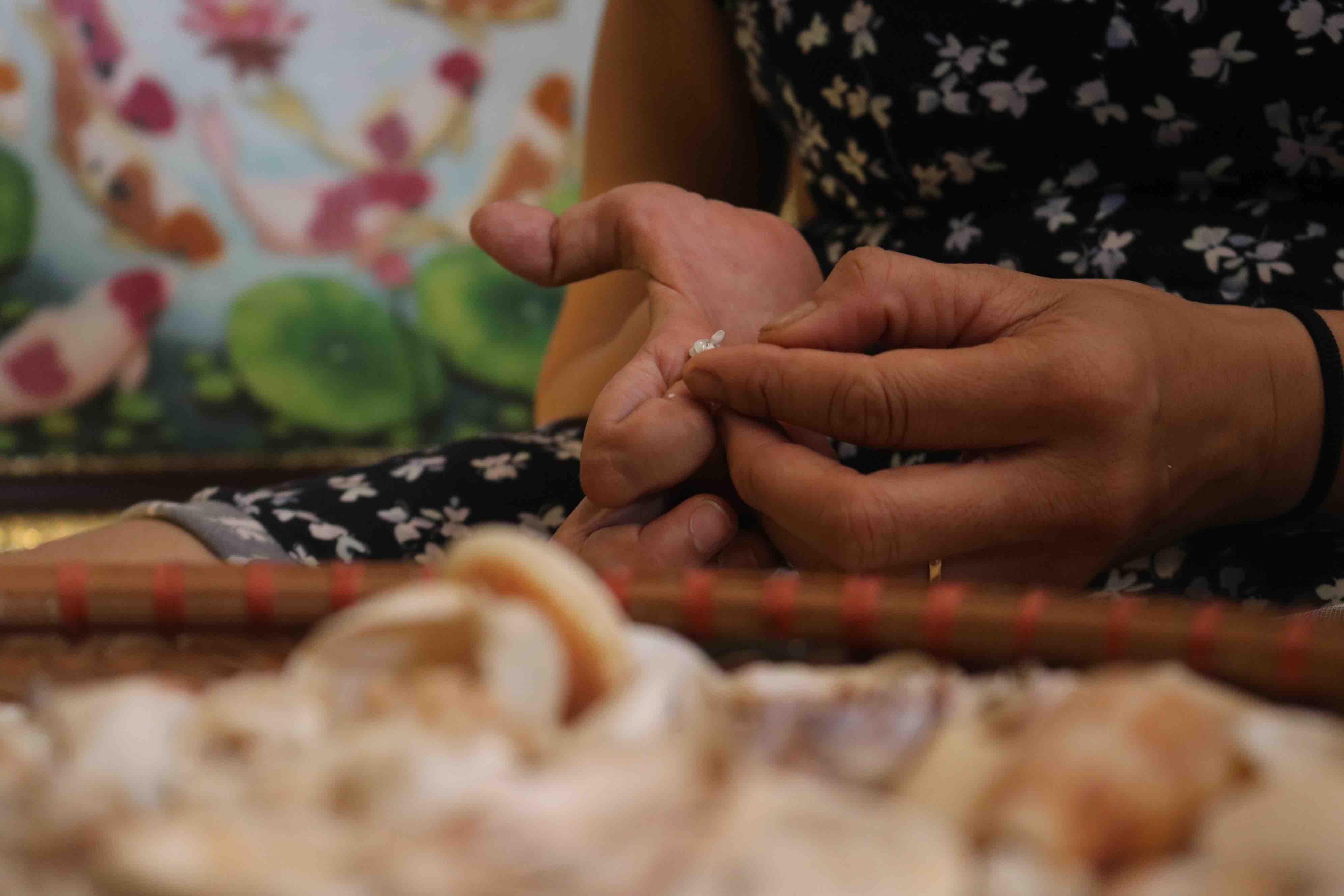 Tran Thi Ngoc Hieu exhibits her skills on a shell product at District 1, Ho Chi Minh City. Photo: Hoang An / Tuoi Tre
