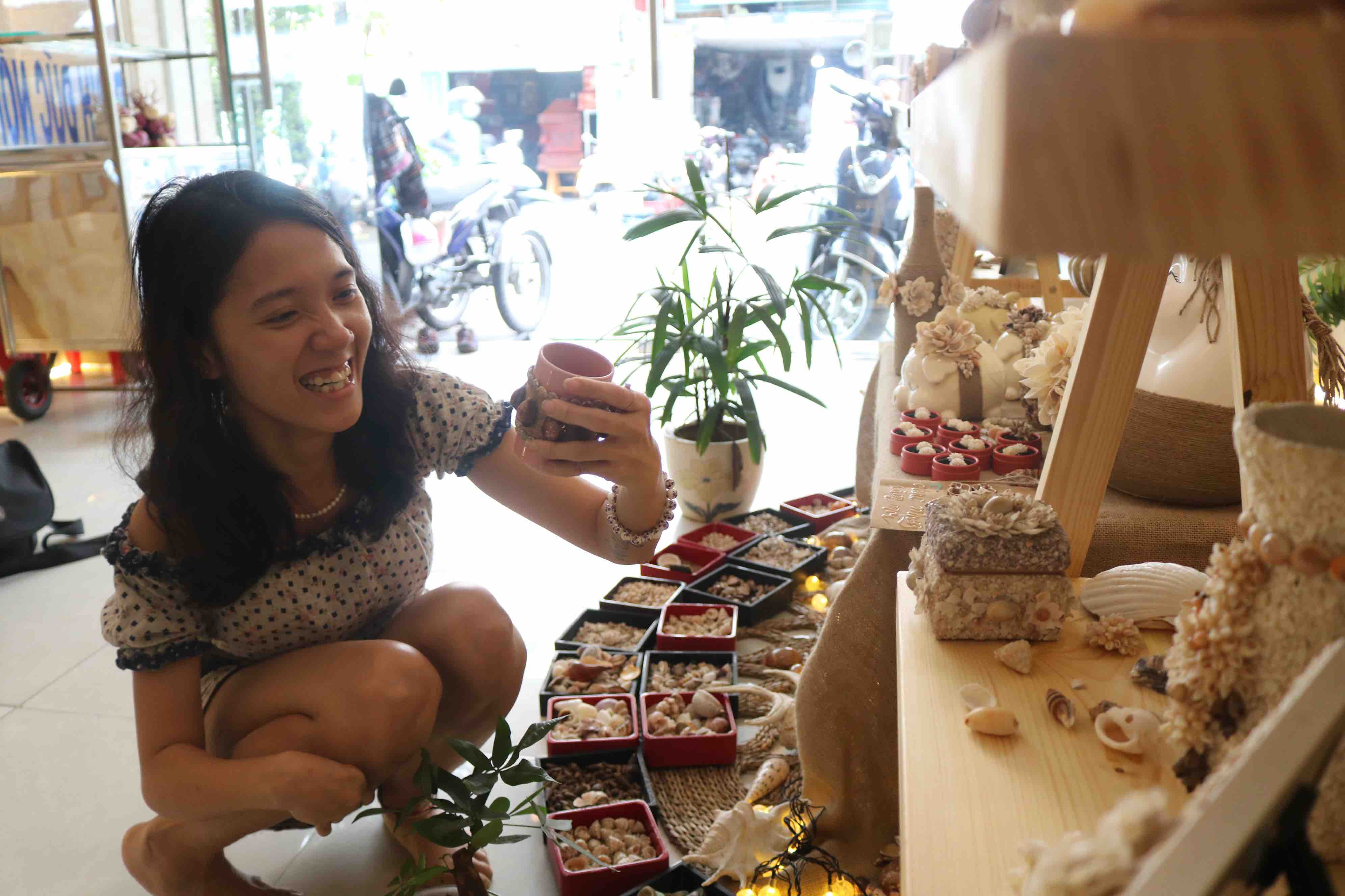 A guest with a shell product in her hands is seen at District 1, Ho Chi Minh City. Photo: Hoang An / Tuoi Tre