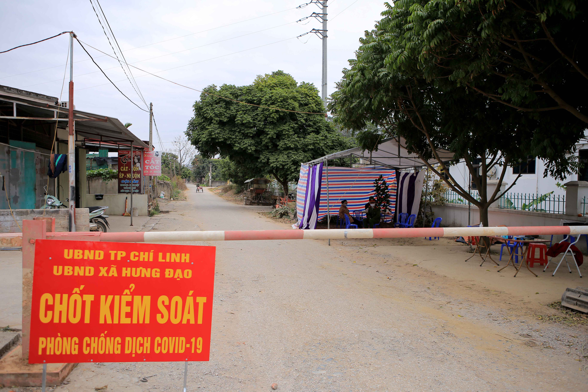 A COVID-19 checkpoint is set up at Hung Dao Commune, Chi Linh City, Hai Duong Province, January 28, 2021. Photo: Anh Cuong / Tuoi Tre