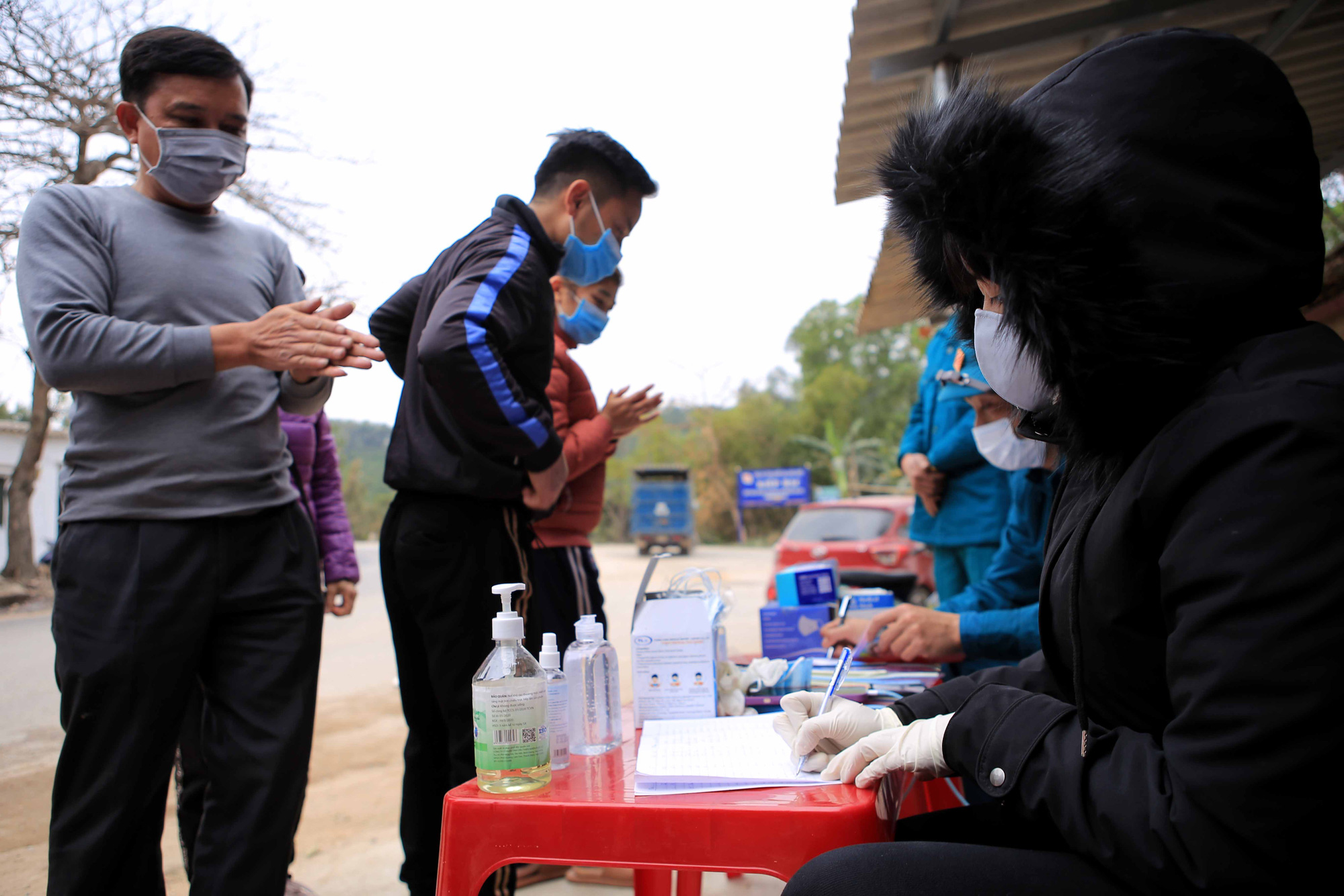 People are required to fill in health declarations when entering and exiting Hung Dao Commune, Chi Linh City, Hai Duong Province, January 28, 2021. Photo: Anh Cuong / Tuoi Tre