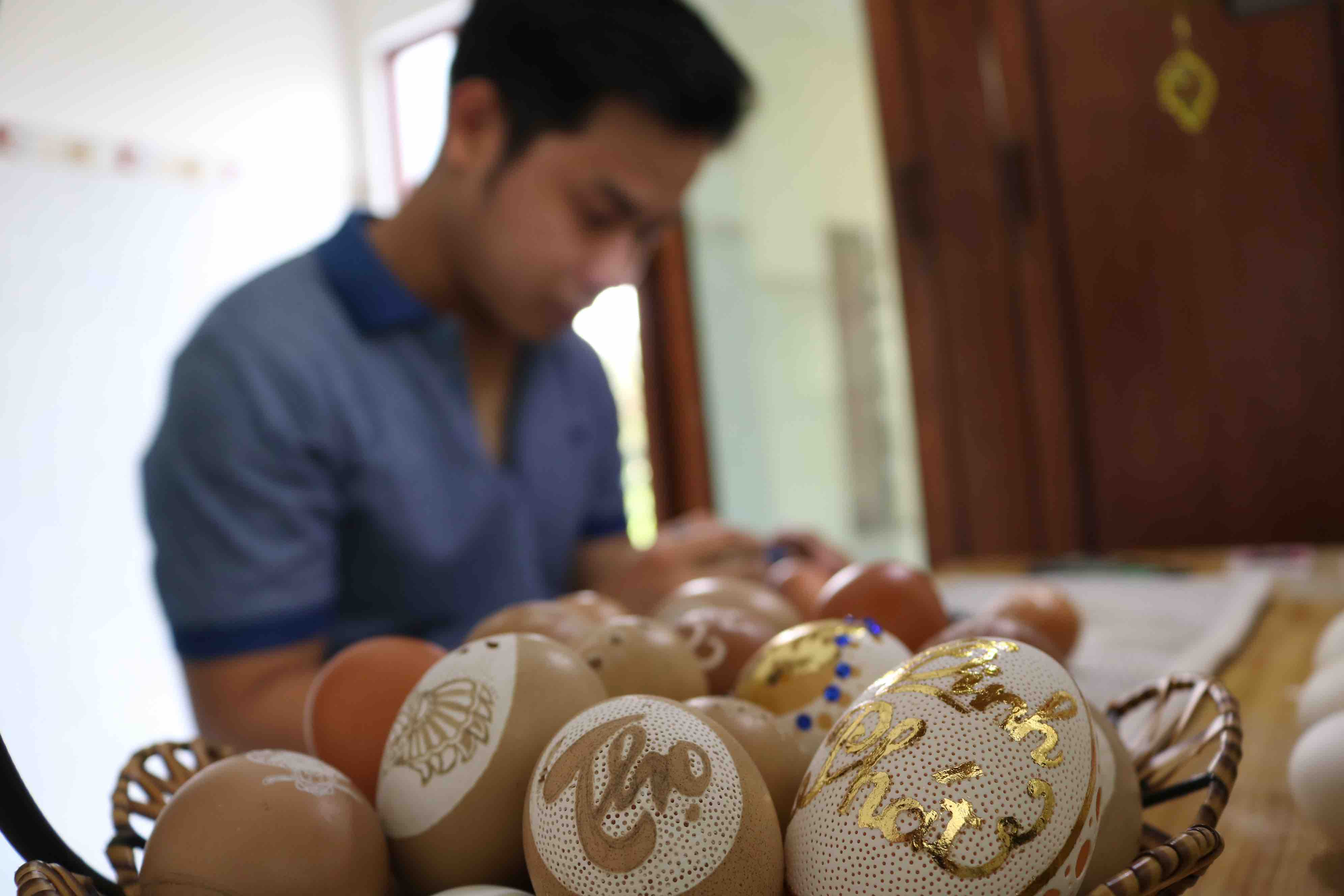 A set of eggshell sculptures made by Tran Minh Nhut. Photo: Hoang An / Tuoi Tre