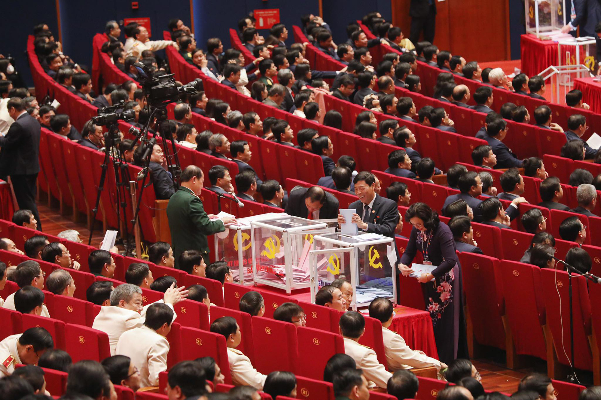 Delegates cast their ballots to vote for members of the 13th-tenure Party Central Committee during the 13th National Party Congress in Hanoi, January 30, 2021. Photo: Minh Linh / Tuoi Tre