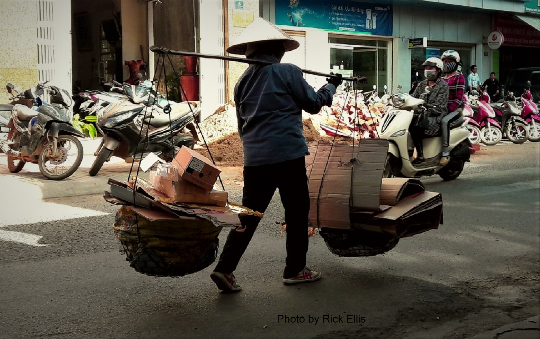 Don ganh (carrying pole) recycling lady in Da Lat