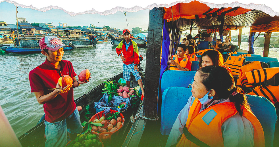 Tourists visit Cai Rang Floating Market and buy fruits. Photo: Chi Quoc/Tuoi Tre