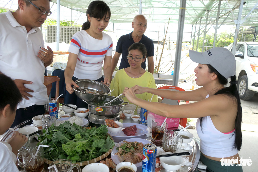 Visitors try a hot pot with fresh picked veggies  from Mekong Farm in Ho Chi Minh City. Photo: T.T.D. / Tuoi Tre