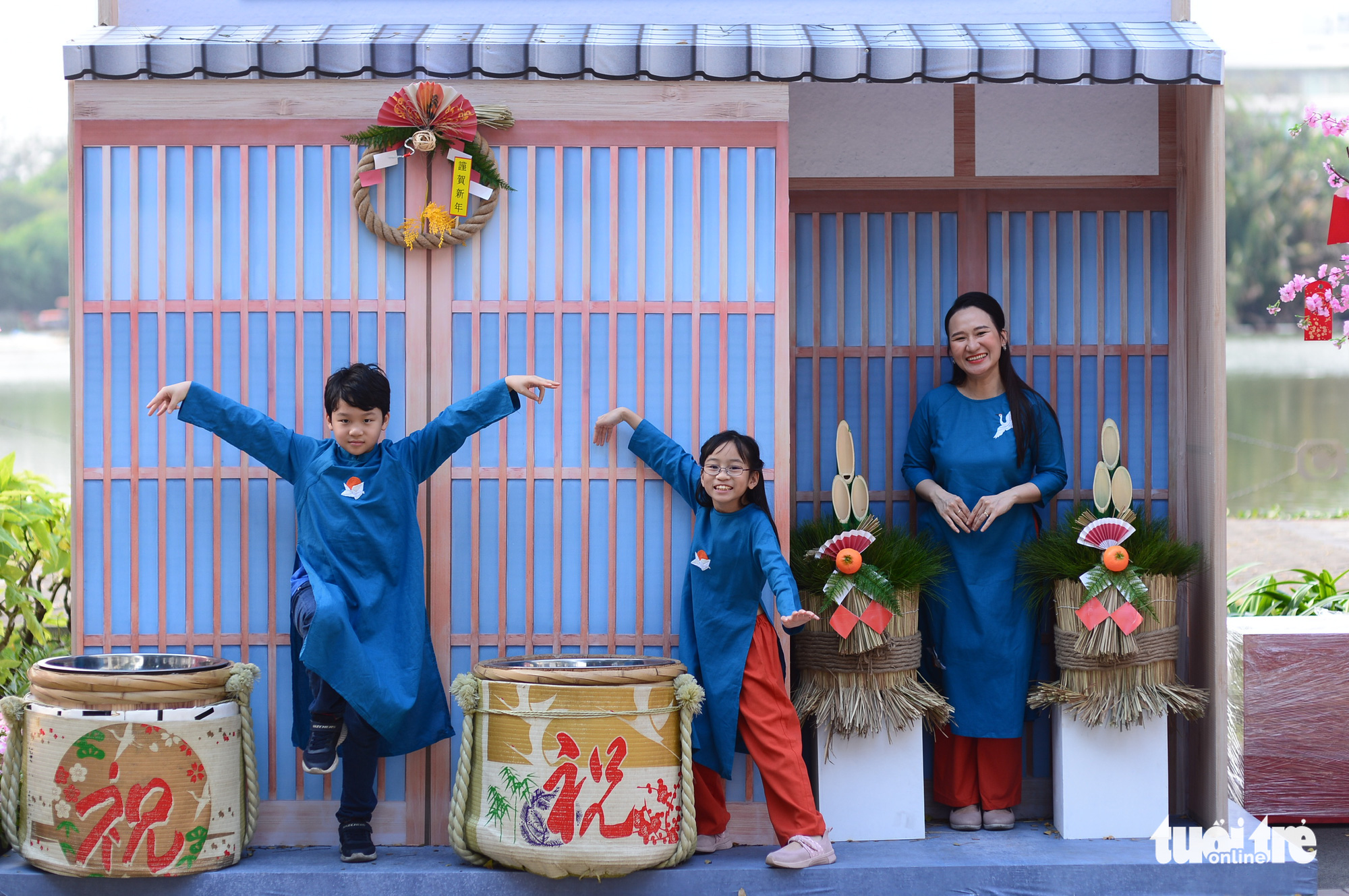 A family pose for a photo at the Phu My Hung Spring Flowers Festival2021 in District 7, Ho Chi Minh City, February 4, 2021. Photo: Quang Dinh / Tuoi Tre
