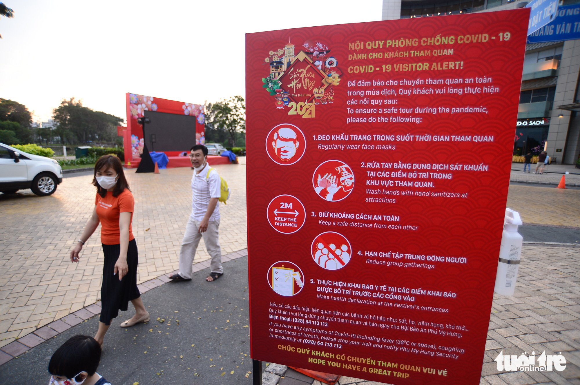 A board of COVID-19 prevention and control rules is set up at the Phu My Hung Spring Flowers Festival2021 in District 7, Ho Chi Minh City, February 4, 2021. Photo: Quang Dinh / Tuoi Tre
