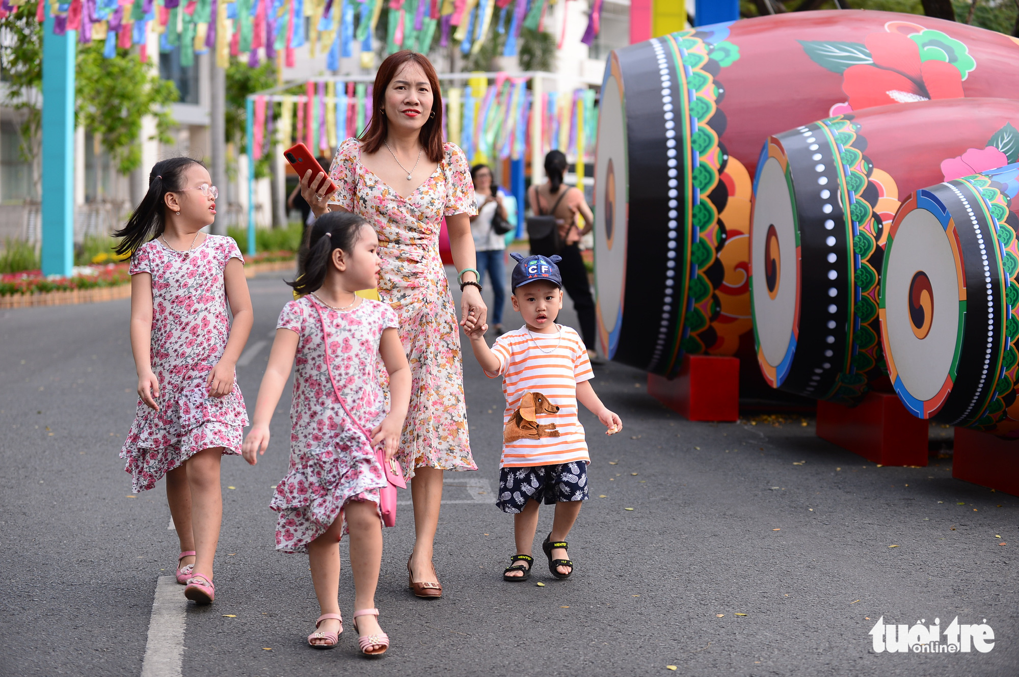 Visitors walk past the South Korean setting at the Phu My Hung Spring Flowers Festival2021 in District 7, Ho Chi Minh City, February 4, 2021. Photo: Quang Dinh / Tuoi Tre