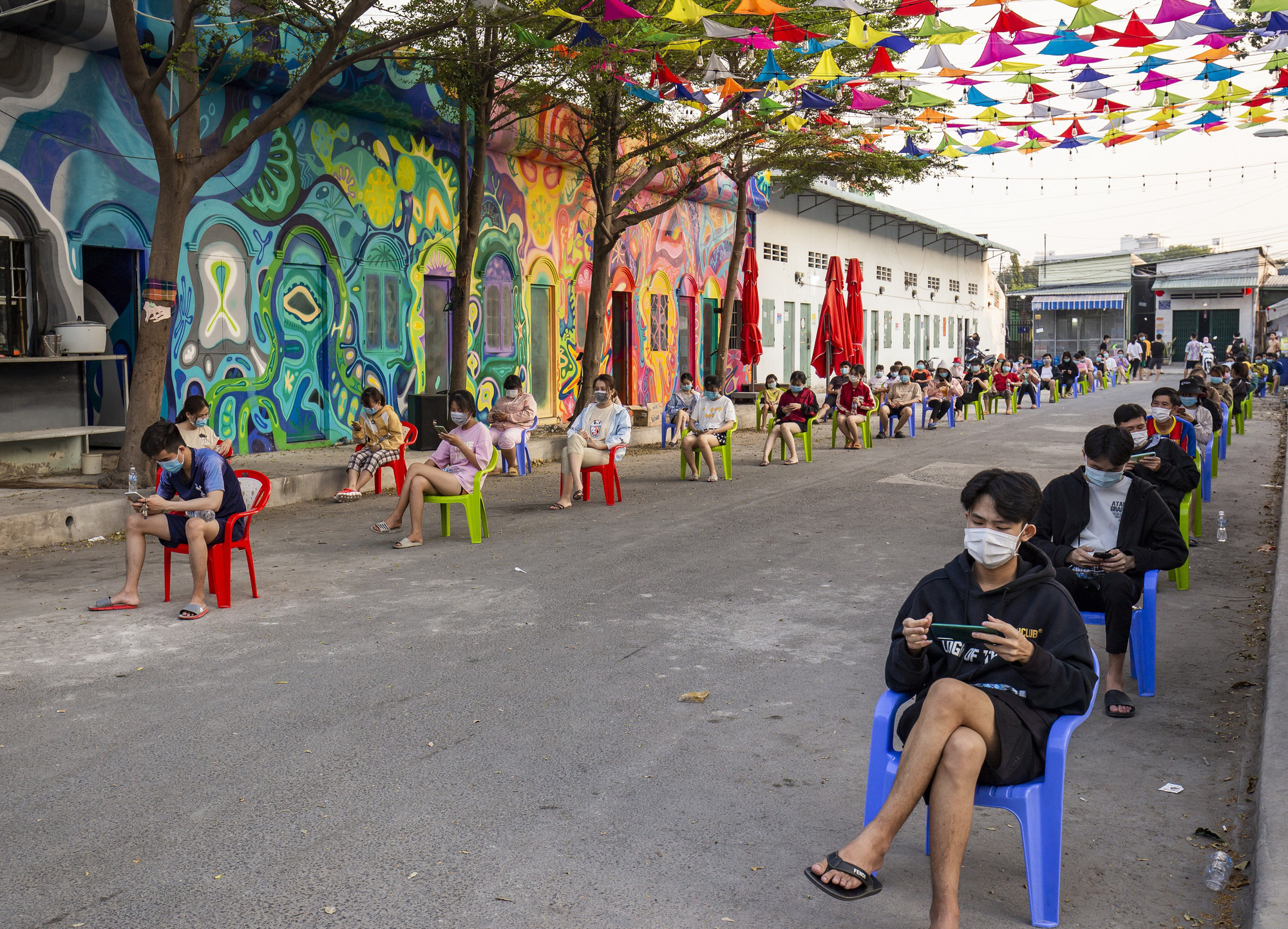 Students of Thu Dau Mot University wait for their turn to receive supplies in Binh Duong Province, Vietnam. Photo: Viet Hung / Tuoi Tre