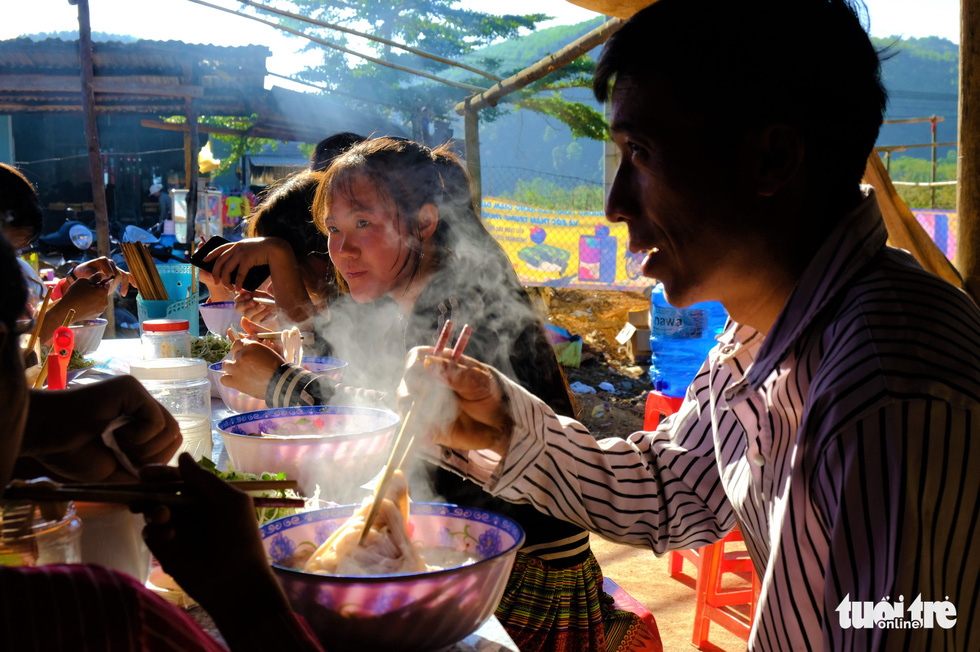 A Hmong food stall at Dak R'Mang Market in Dak Nong Province. Photo: Dinh Cuong / Tuoi Tre