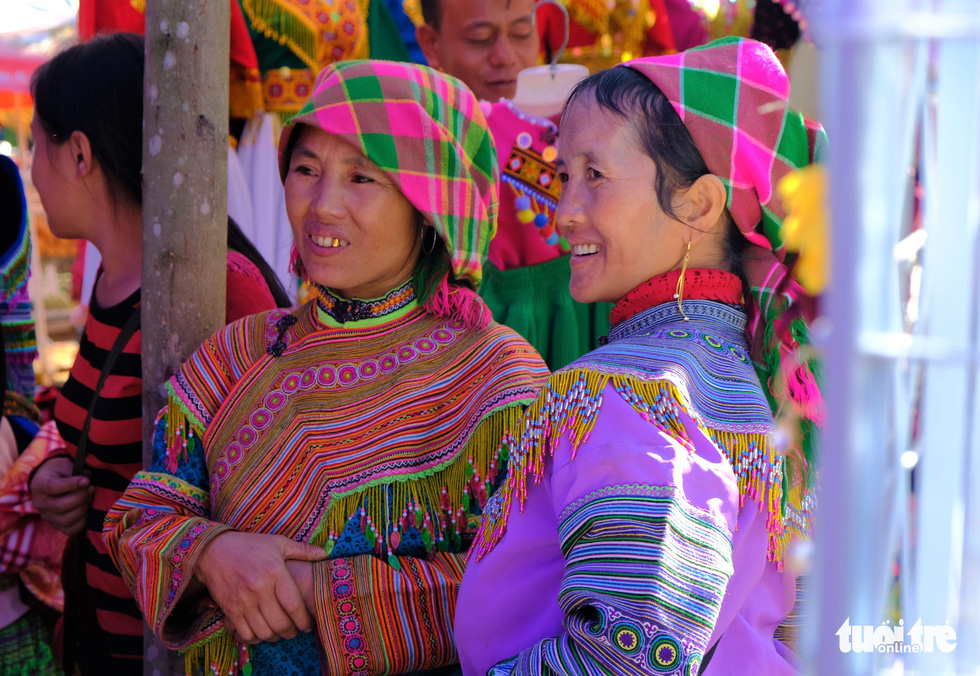 Women in Hmong clothing at Dak R'Mang Market in Dak Nong Province. Photo: Dinh Cuong / Tuoi Tre