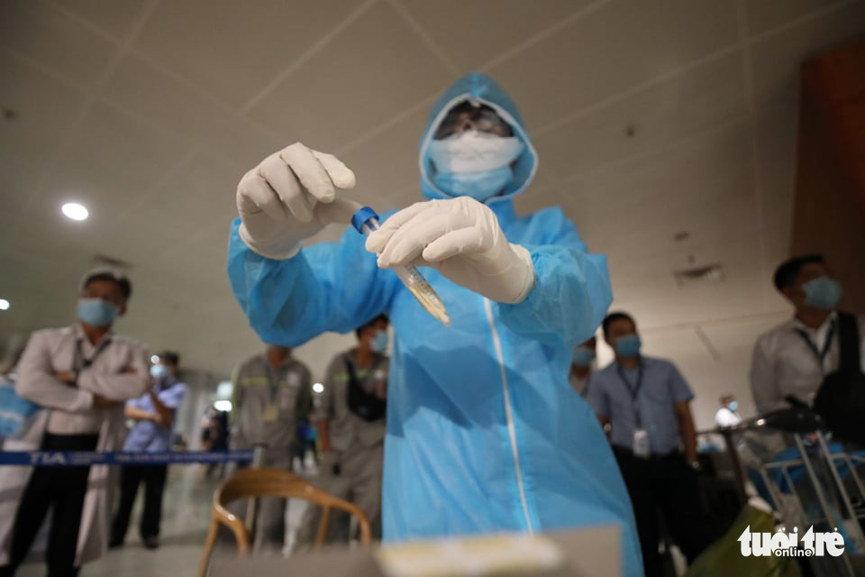 Medical staff is taking samples for COVID-19 tests at Tan Son Nhat Airport in Ho Chi Minh City as a request to test 1,000 airport employees from the city's Department of Health on February 6, 2021. Photo: H.T/ Tuoi Tre