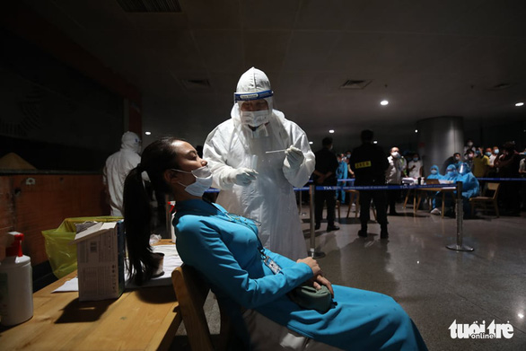 Medical staff is taking sample for COVID-19 test on an employee at Tan Son Nhat Airport in Ho Chi Minh City as a request to test 1,000 airport employees from the city's Department of Health on February 6, 2021. Photo: H.T/ Tuoi Tre