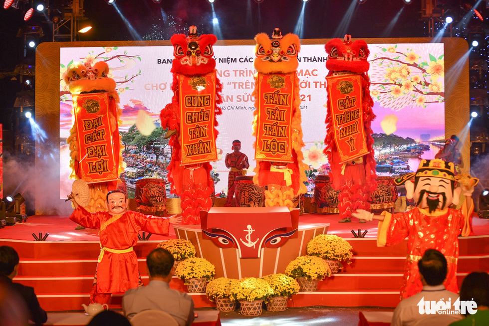 A lion dance performance at the opening ceremony of the spring flower festival at Binh Dong Wharf along Tau Hu Canal in Ho Chi Minh City's District 8 on February 6, 2021. Photo: Ngoc Phuong/ Tuoi Tre