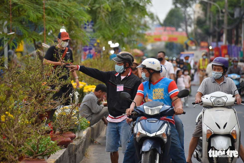 People shops for Tet flowers at the spring flower festival at Binh Dong Wharf along Tau Hu Canal in Ho Chi Minh City's District 8 on February 6, 2021. Photo: Ngoc Phuong/ Tuoi Tre