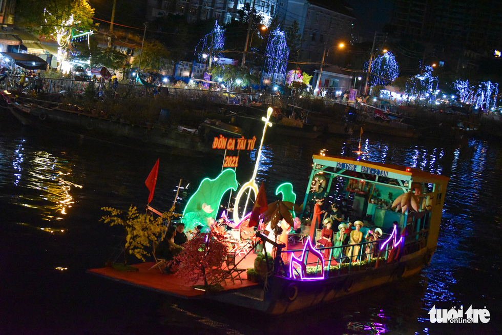 """A performance of 'don ca tai tu,"""" a unique traditional musical art of southern Vietnam, on boat at the spring flower festival at Binh Dong Wharf along Tau Hu Canal in Ho Chi Minh City's District 8 on February 6, 2021. Photo: Ngoc Phuong/ Tuoi Tre"""