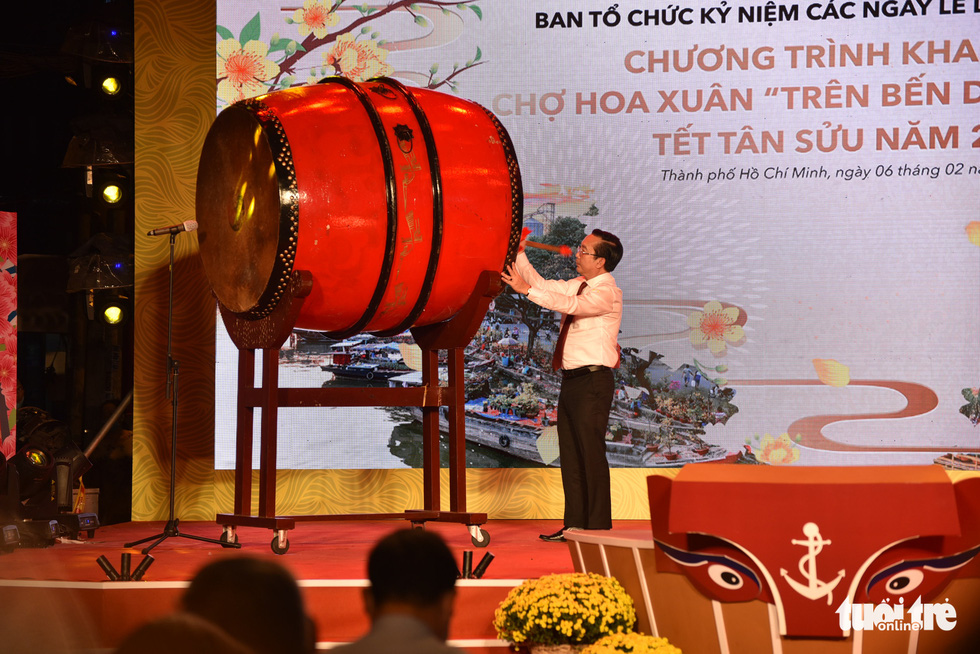Tran The Thuan, Director of the Department of Culture and Sports of Ho Chi Minh City, hits the drum to open the spring flower festival at Binh Dong Wharf along Tau Hu Canal in Ho Chi Minh City's District 8 on February 6, 2021. Photo: Ngoc Phuong/ Tuoi Tre