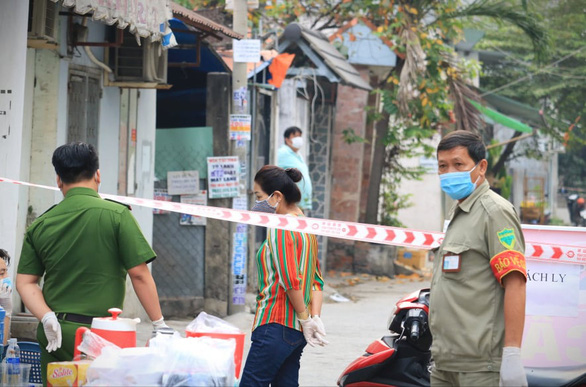 Local authorities are conducting blockade at an alley on TL04 Street in District 12's Thanh Loc Ward in Ho Chi Minh City on February 8, 2021 to prevent COVID-19. Photo: Nhat Thinh/ Tuoi Tre