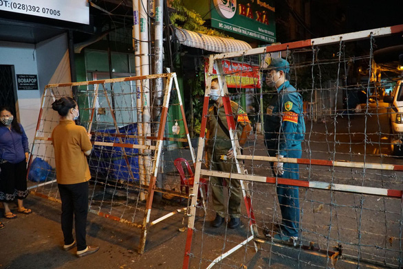 Local authorities are conducting blockade at Ho Chi Minh City's Ma Lang neighborhood in District 1's Nguyen Cu Trinh Ward on the night of February 7,2021. Photo: Dan Thuan/ Tuoi Tre