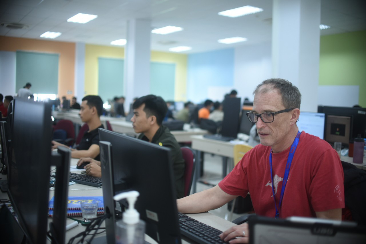 David Lavette, a UK software expert, is working with his young colleagues at TMA Innovation Park in Quy Hoa Valley, Quy Nhon City, central Binh Dinh Province. Photo: Lam Thien / Tuoi Tre