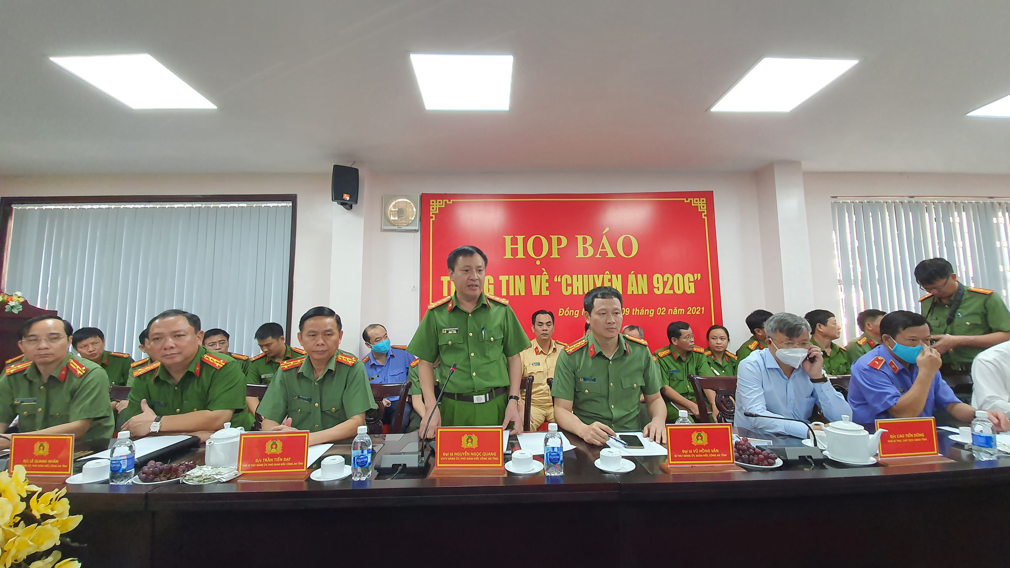 Police organize a press meeting on the investigation into the fake gasoline ring in Dong Nai Province, Vietnam, February 9, 2021. Photo: H.M. / Tuoi Tre