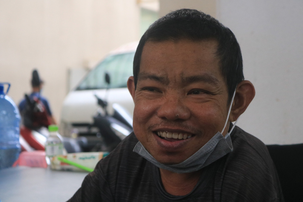 Nguyen Ngoc Em smiles as he talks to Tuoi Tre (Youth) newspaper at Cho Ray Hospital in District 5, Ho Chi Minh City. Photo: Hoang Loc / Tuoi Tre