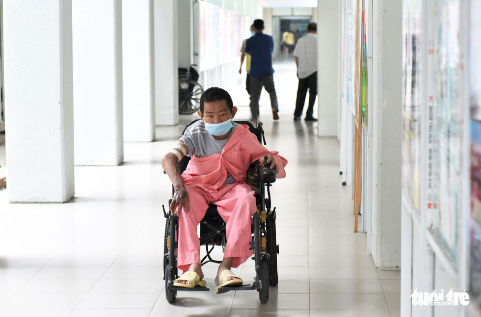 Nguyen Ngoc Em moves his wheelchair along a corridor at Cho Ray Hospital in District 5, Ho Chi Minh City. Photo: Duyen Phan / Tuoi Tre