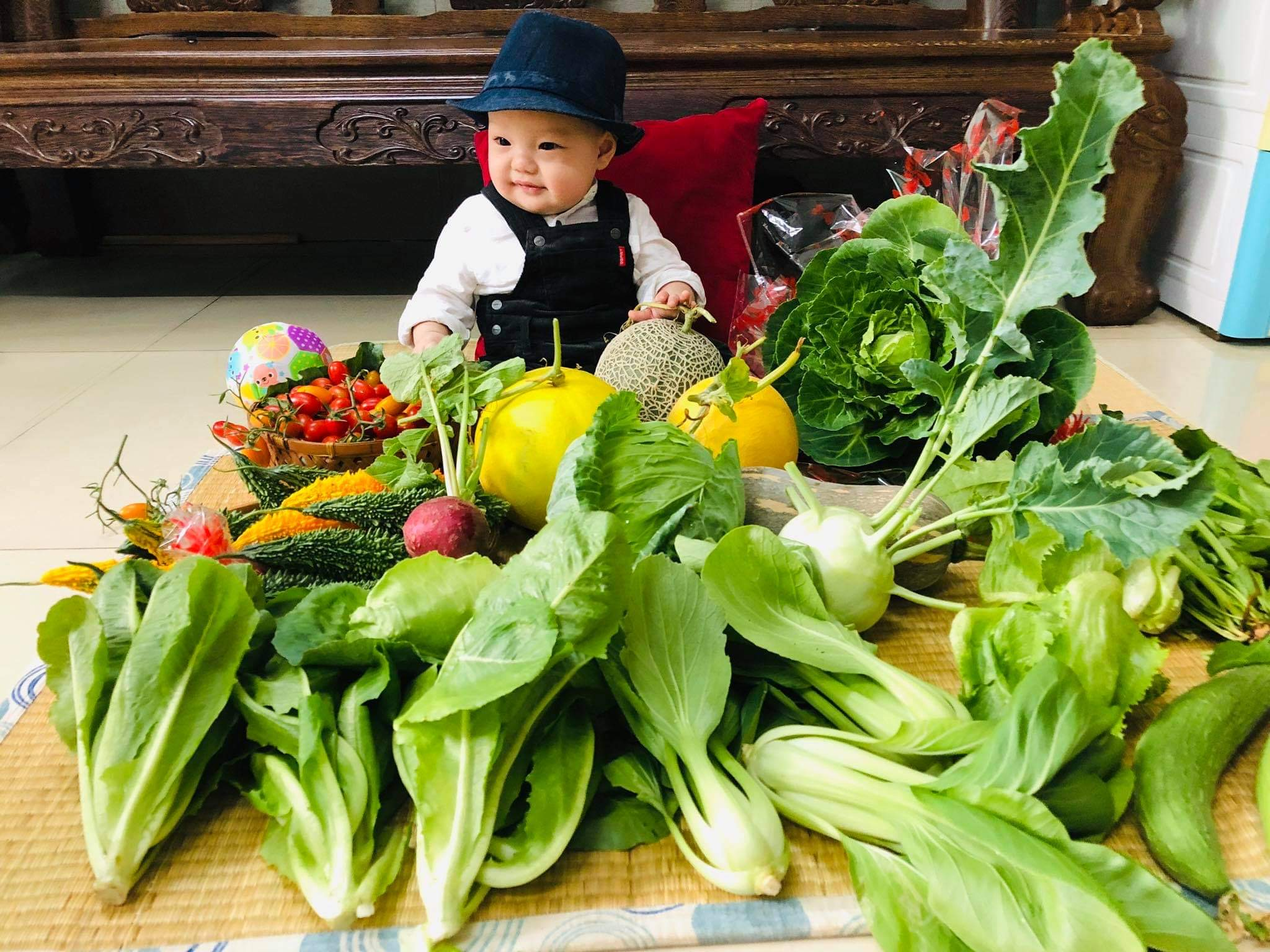 Bui Thuong's baby with the day's harvest. Photo: Bui Thuong / Tuoi Tre