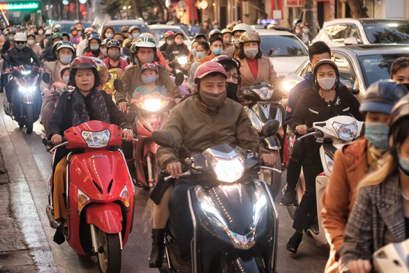 A street in downtown Hanoi is crowded in the afternoon of February 12, 2021. Photo: Mai Thuong / Tuoi Tre