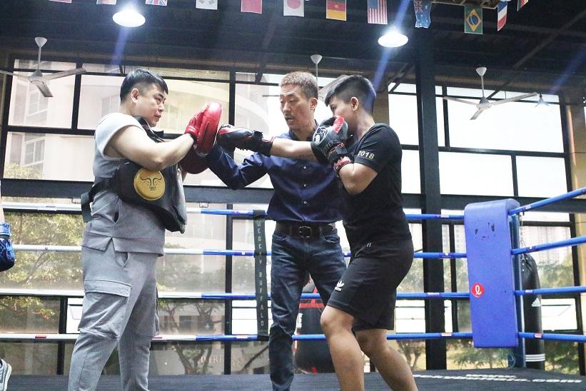 Kim Sang Bum (C) trains Vietnamese boxer Nguyen Thi Thu Nhi at Cocky Buffalo Club in Ho Chi Minh City. Photo: T.P. / Tuoi Tre