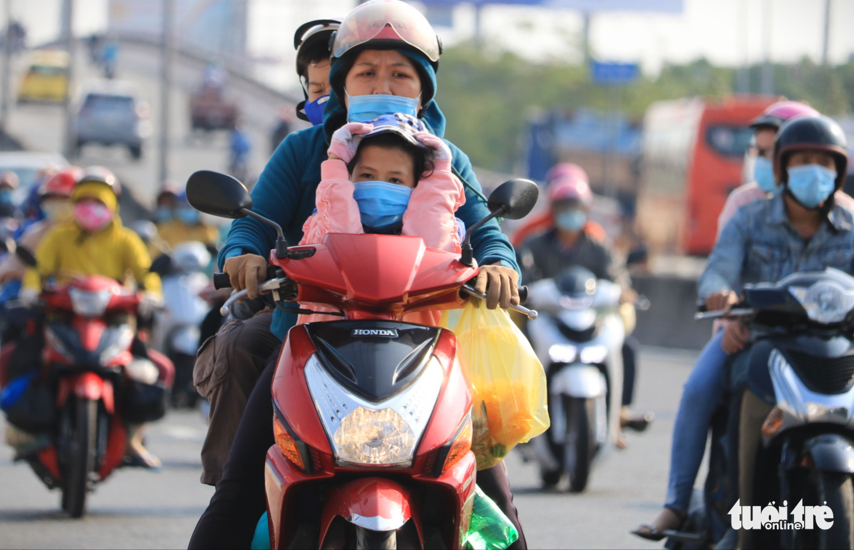 People wear face masks as they return to Ho Chi Minh City, February 16, 2021. Photo: Nhat Thinh / Tuoi Tre
