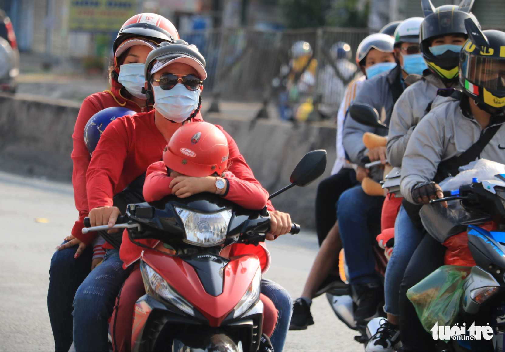 People travel to Ho Chi Minh City on motorbikes, February 16, 2021. Photo: Nhat Thinh / Tuoi Tre