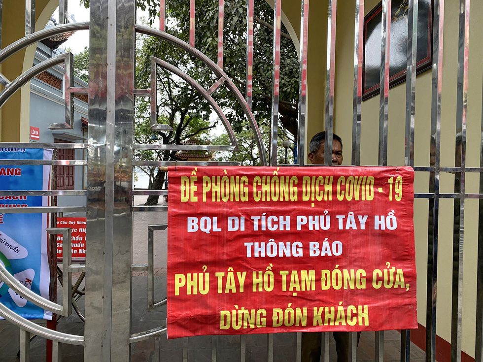 Tay Ho Temple (Phu Tay Ho) in Tay Ho District is closed in an attempt for the Hanoi authority to curb COVID-19 spread, February 16, 2021. Photo: Nam Tran / Tuoi Tre