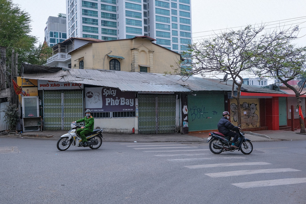 Shops on the Dang Thai Mai – Xuan Dieu junction in Hanoi's Tay Ho District are closed, February 16, 2021. Photo: Nam Tran / Tuoi Tre