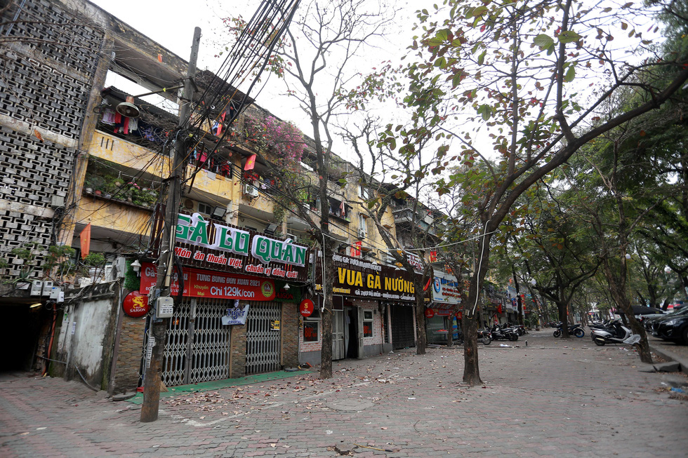 Shops on Dang Van Ngu Street in Hanoi's Dong Da District are closed, February 16, 2021. Photo: Nam Tran / Tuoi Tre