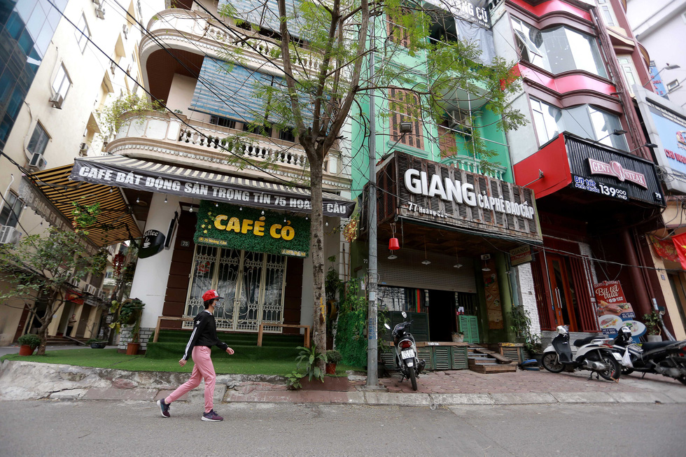 Shops on Hoang Cau Street in Hanoi's Dong Da District are closed, February 16, 2021. Photo: Nam Tran / Tuoi Tre