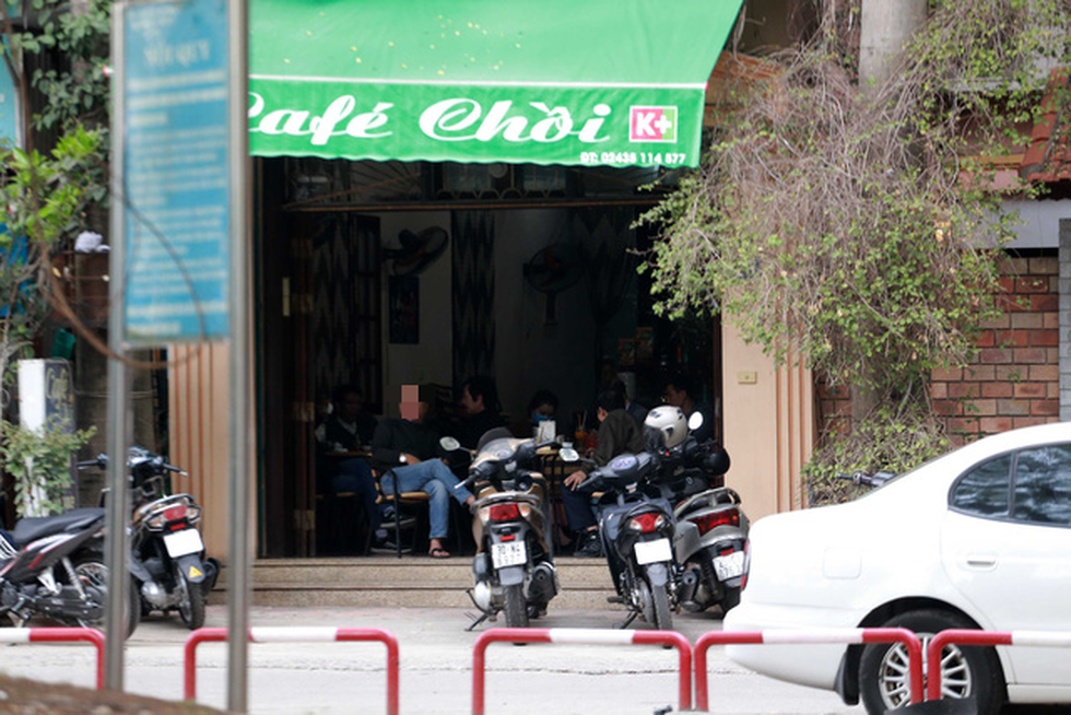 A coffee shop on Hanoi's Nguyen Luong Bang Street remains open, February 16, 2021. Photo: Nam Tran / Tuoi Tre
