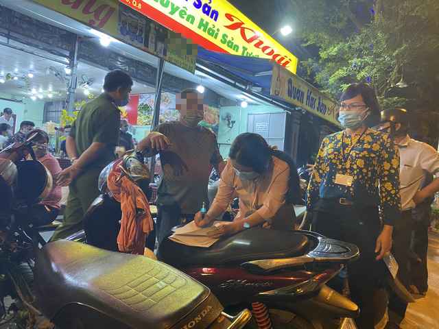 Authorities cute a pub for serving more than 30 customers at the same time on Bong Sao Street in District 8, Ho Chi Minh City, February 17, 2021. Photo: D.T. / Tuoi Tre