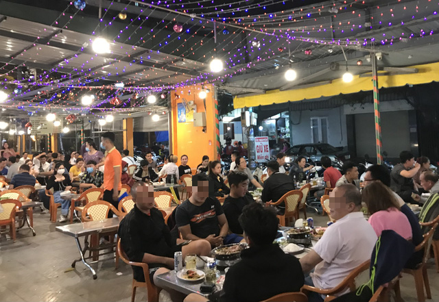 Customers fill a drinking establishment on Hoang Sa Street in District 1, Ho Chi Minh City, February 17, 2021. Photo: D.T. / Tuoi Tre