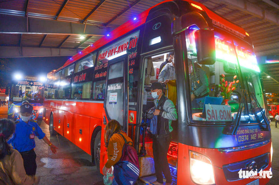 Passengers on a bus from Gia Lai Province is selected for random COVID-19 testing at Eastern Bus Station of Ho Chi Minh City, February 18, 2021. Photo: Quang Dinh / Tuoi Tre