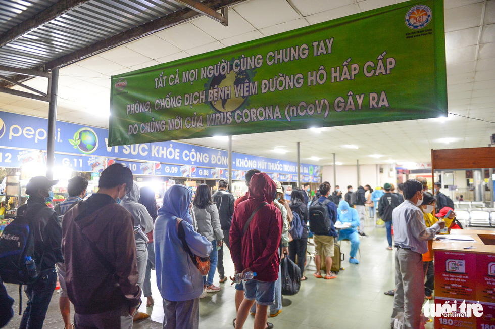 Passengers at Eastern Bus Station of Ho Chi Minh City lines up for COVID-19 testing, February 18, 2021. Photo: Quang Dinh / Tuoi Tre