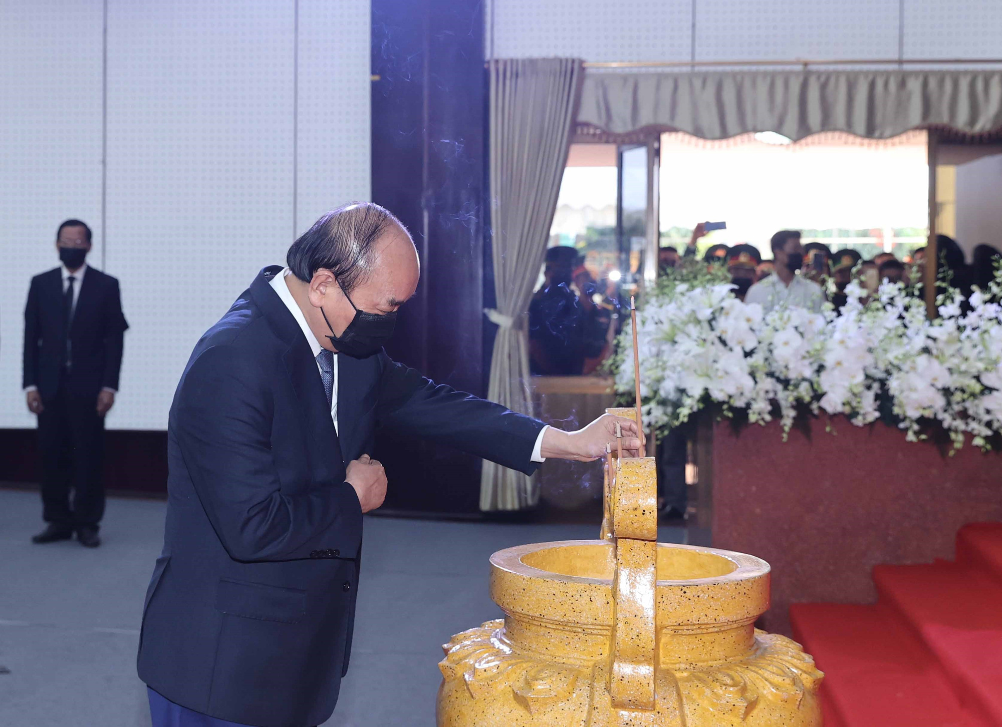 Prime Minister Nguyen Xuan Phuc pays respect to former Deputy PM Truong Vinh Trong in Ben Tre Province, Vietnam, February 21, 2021. Photo: Tu Trung / Tuoi Tre