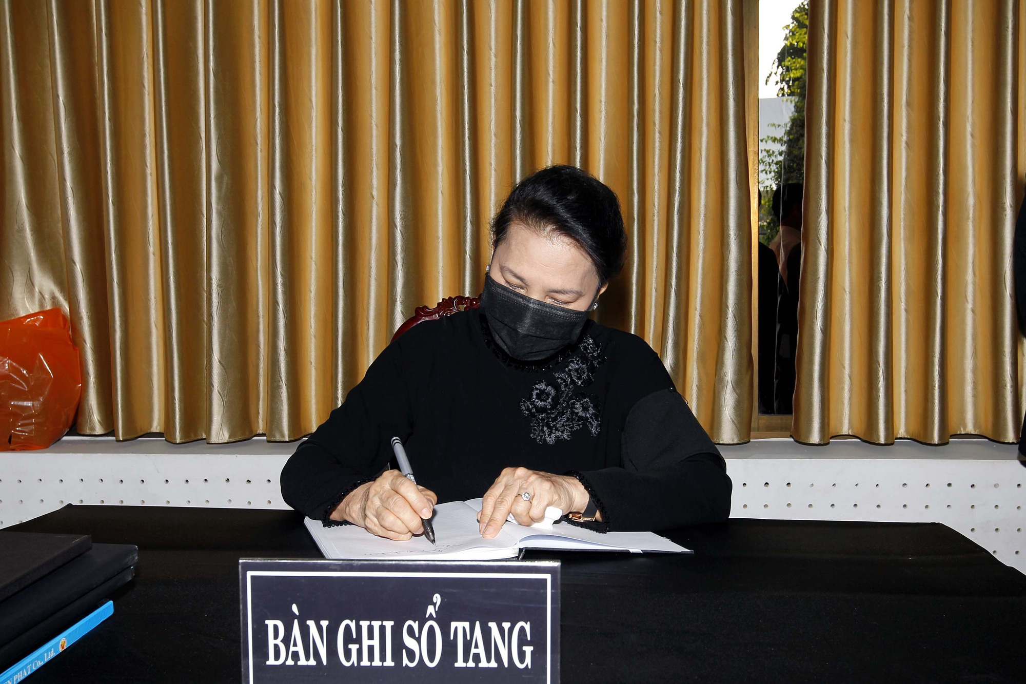National Assembly Chairwoman Nguyen Thi Kim Ngan writes in the funeral book at the funeral of former Deputy Prime Minister Truong Vinh Trong in Ben Tre Province, Vietnam, February 21, 2021. Photo: Tu Trung / Tuoi Tre