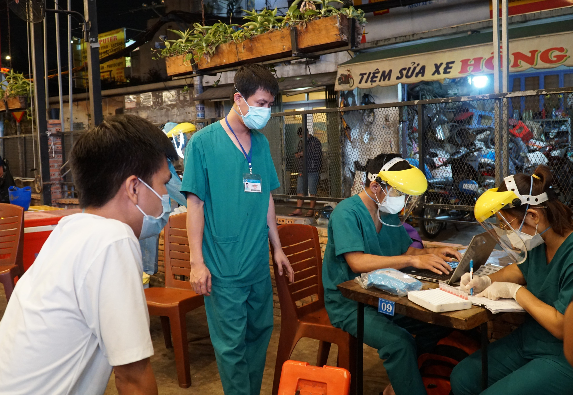 Medical workers make records of health declarations at a restaurant in Ward 11, Binh Thanh District, Ho Chi Minh City, February 22, 2021. Photo: Dan Thuan / Tuoi Tre